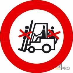 Panneau passagers interdits sur le chariot élévateur